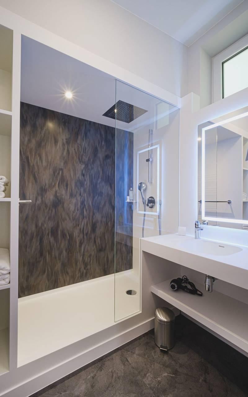 Modern lodge metz bathroom