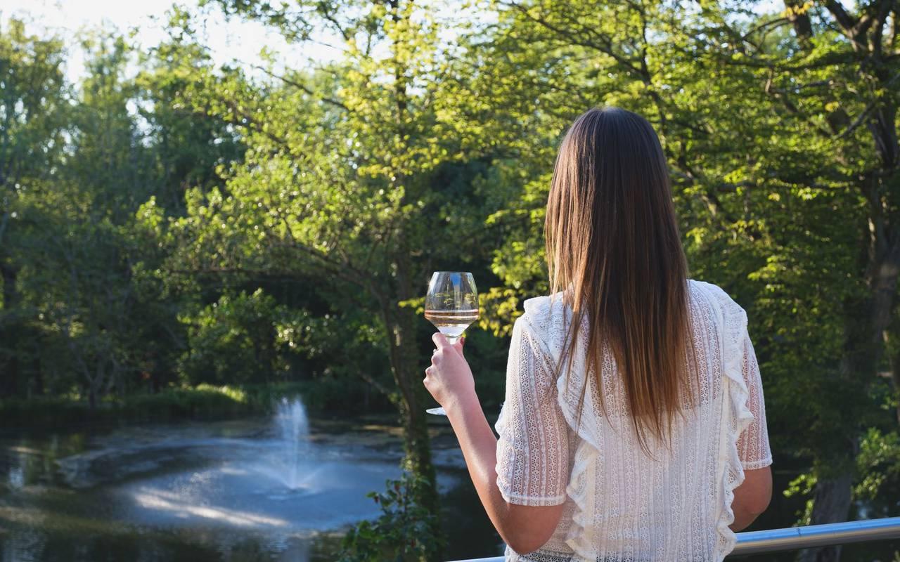 femme avec un verre de vin nuit insolite metz