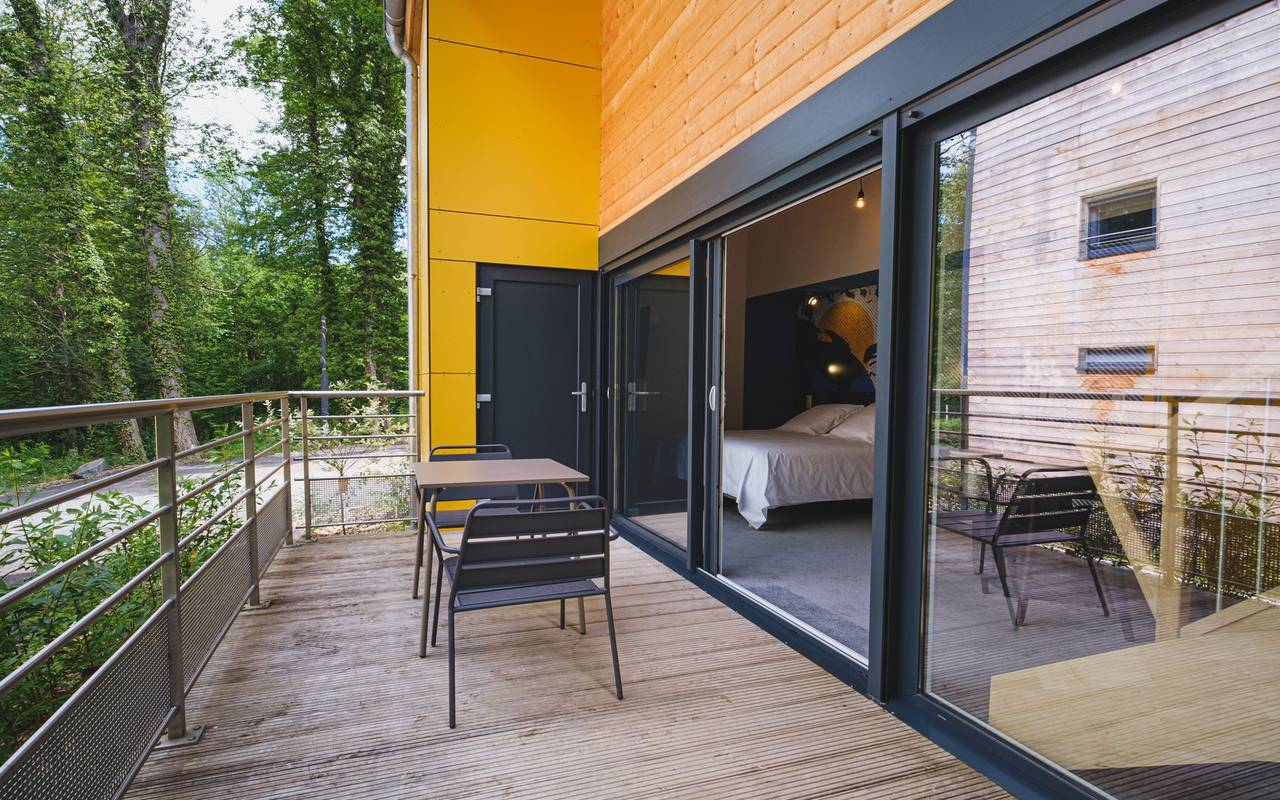 Terrasse avec table hebergement insolite grand est